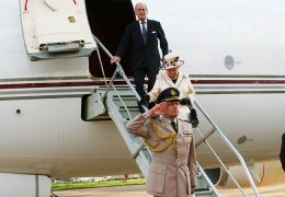 Queen-Elizabeth-leaving-the-plane-at-Entebbe-International-Airport-for-the-CHOGM-meeting
